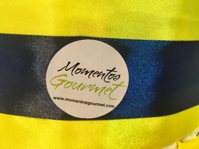 Logo-MomentosGourmet-amarillo-azul